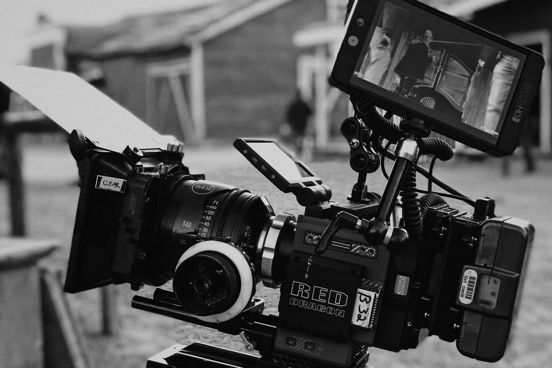 El equipo creativo usa su cámara para grabar un spot publicitario